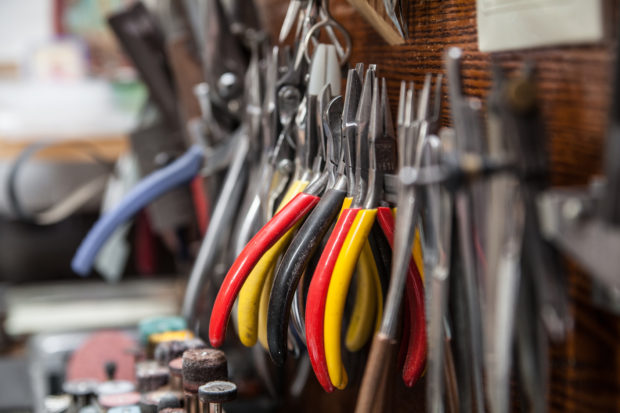 Narzędzia jubilerskie – podstawowe wyposażenie warsztatu.