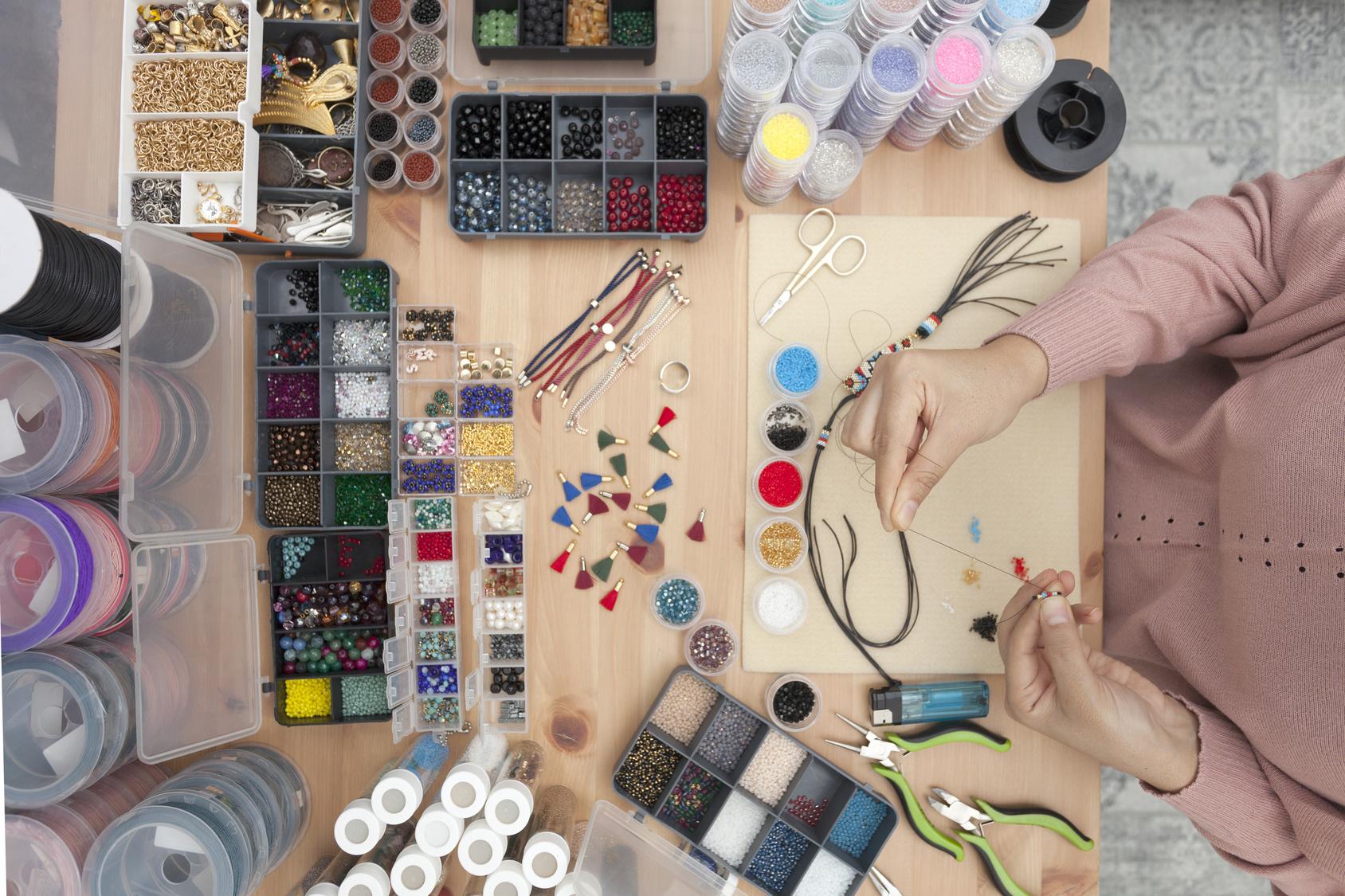 Podstawowe materiały i narzędzia do haftu sutasz