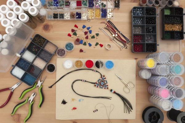 Narzędzia wykorzystywane do haftu sutaszowego