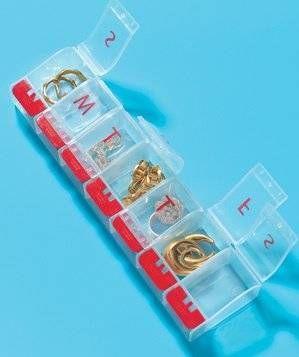 Biżuteria spakowana na podróż w pudełko na leki