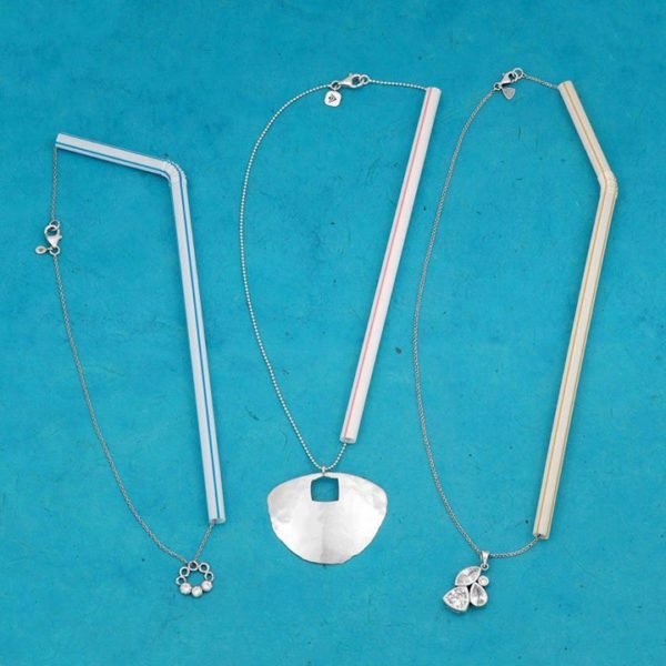 Łańcuszki przewleczone przez słomki aby zapobiegać plątaniu