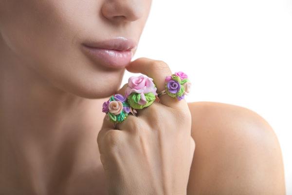 Pierścionki z kwiatami z modeliny