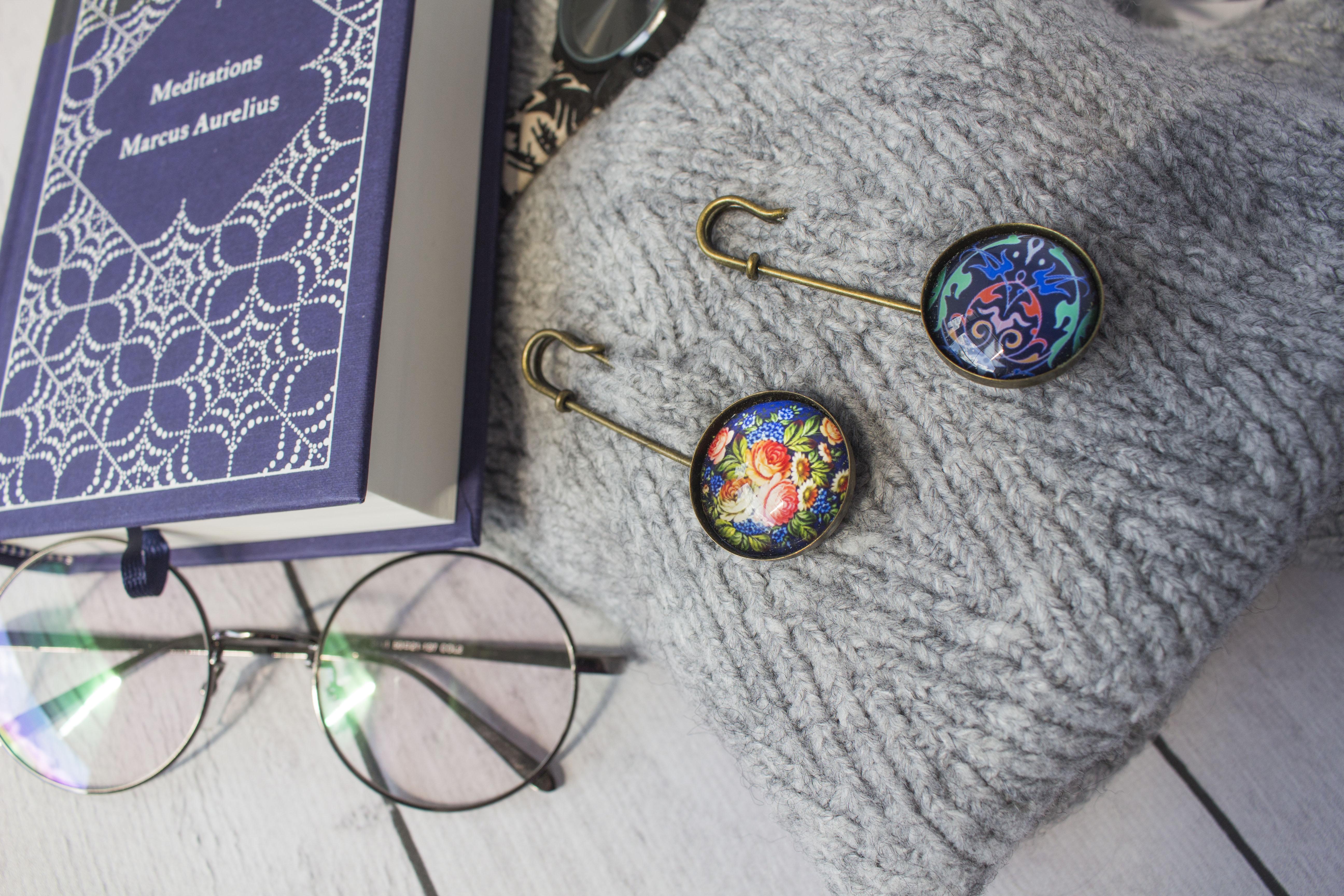 Broszki – modna ozdoba szali, swetrów, płaszczy