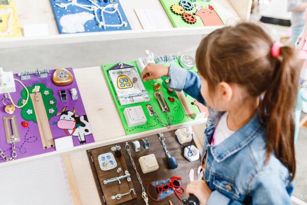 Busy board - zabawy sensoryczne dla dzieci
