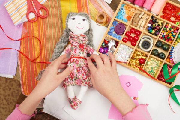 Zabawy dla dzieci szycie maskotek, robienie biżuterii