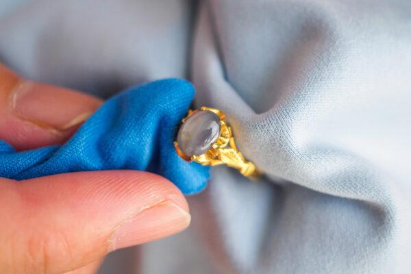 Jak dbać o biżuterię ze złota