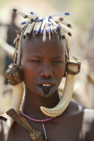 Kobieta z plemienia Mursi z rozciągniętymi ustami