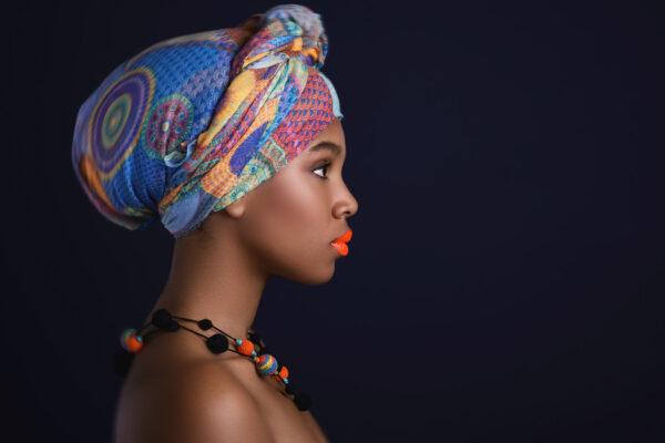 Turbany na głowie płynnie przechodzą z tradycji Afrykańskiej do mody