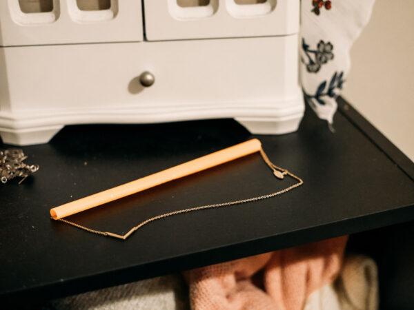 Jak podróżować z biżuterią - zabezpiecz łańcuszki słomką