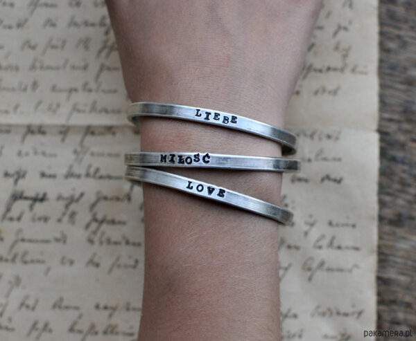 Napisy na bransoletce wykonane metodą stampingu