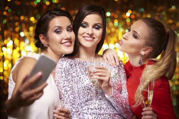 Biżuteria Sylwestrowa to bardziej ekstrawagancki odpowiednik dodatków na imprezę w klubie