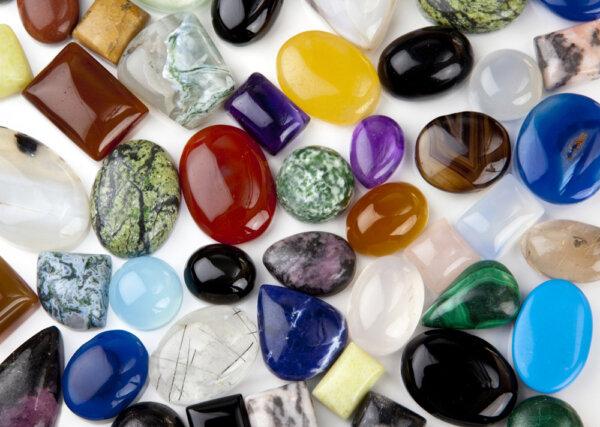 Różnokształtne kaboszony z minerałów