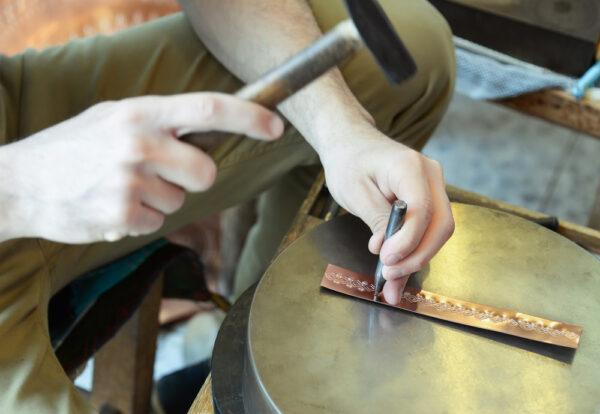Wykonywanie zdobień przez tłoczenie metalu