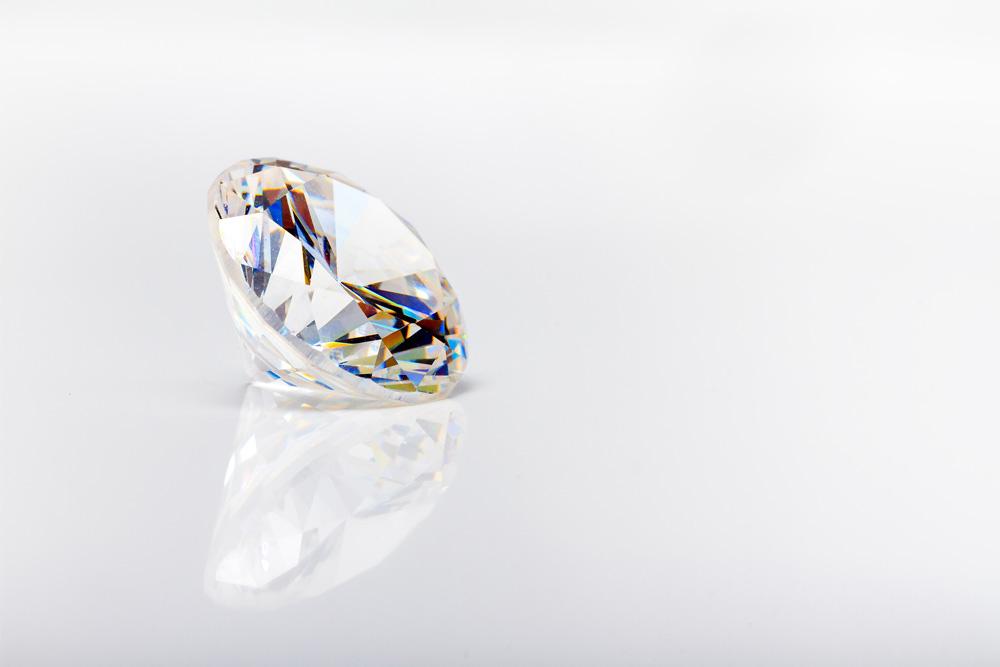 Cyrkonie – syntetyczne kamienie ozdobne 🧪