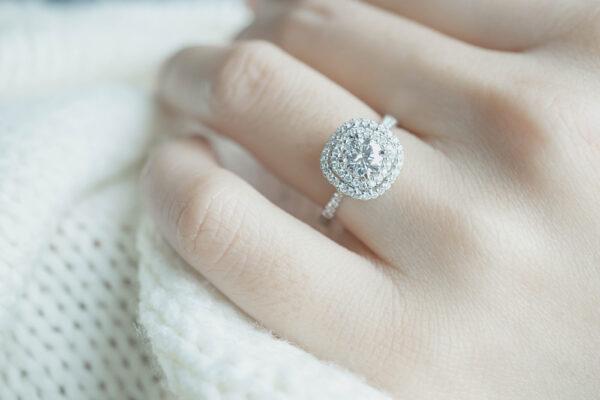 Znaczenie pierścionków na palcach palec serdeczny lewej ręki