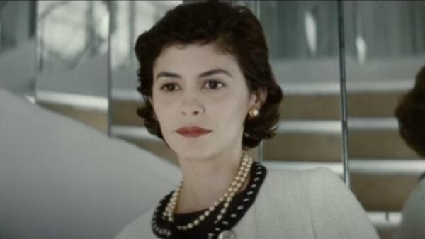 Audrey Tautou jako Coco w naszyjniku z pereł