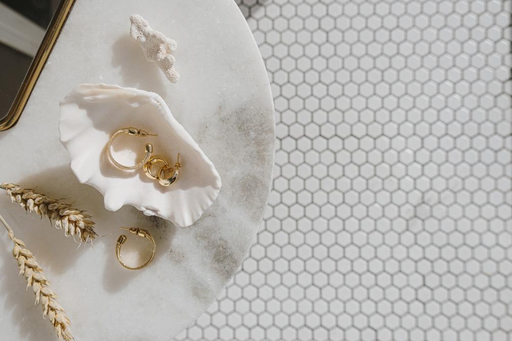 Biżuteria kapsułowa – co to jest i jak ją stworzyć?