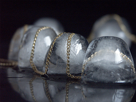 Biżuteria kontrowersyjan - koraliki z lodu