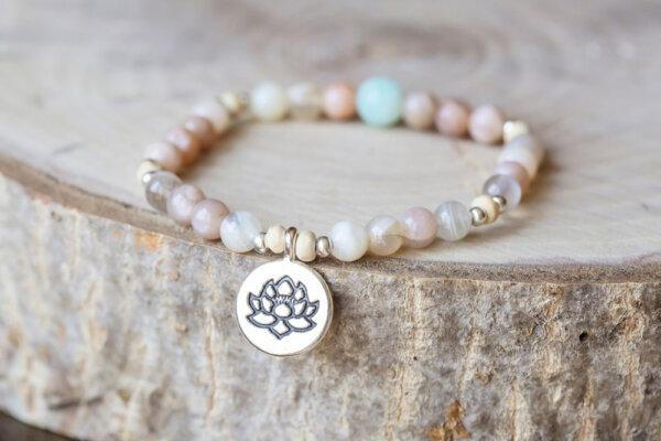 Bransoletka z symbolem lotosu
