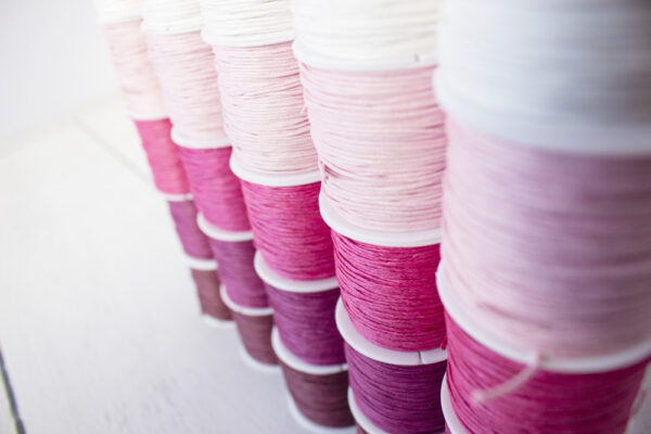 Bawełniane sznurki woskowane na szpulach